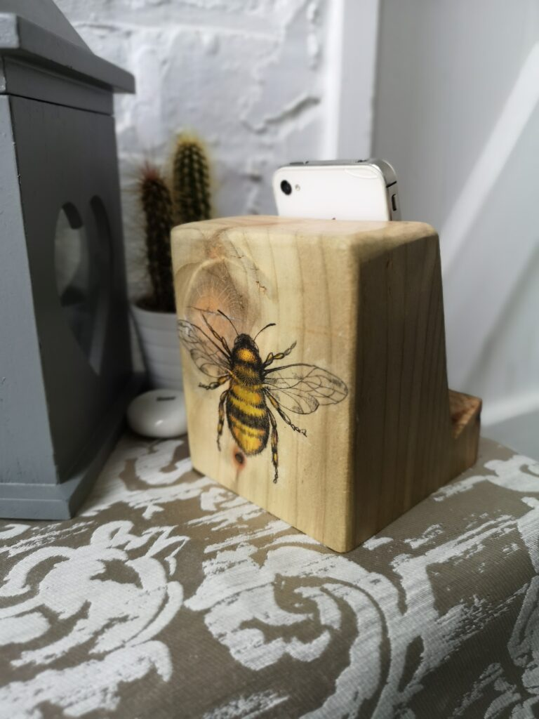 Ivy Upcycling Natural Wood Bee phone/tablet stand