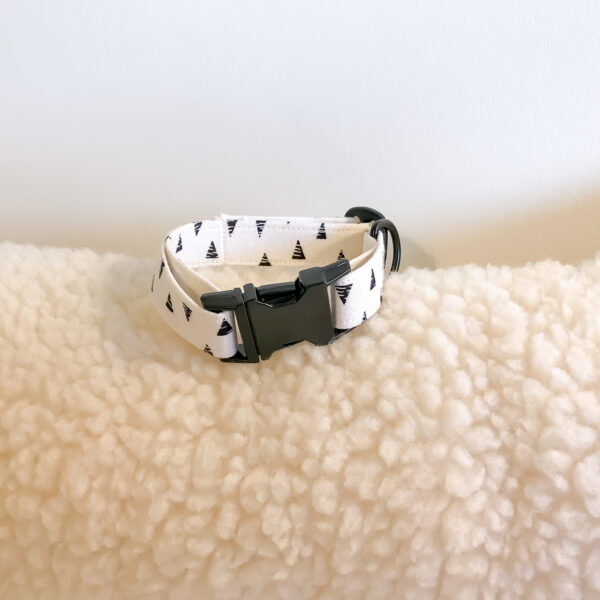 Bet Your Bottom Collar, Monochrome dog collar, a small white collar with black triangles and a matt black buckle