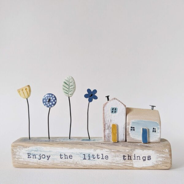 Thimbleville Little wooden houses with button and clay garden 'Enjoy the little things'