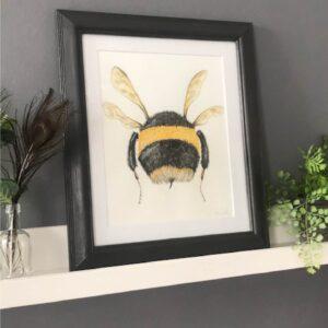 Sarah Hinchliffe Illustrations, bumble bee flying away.