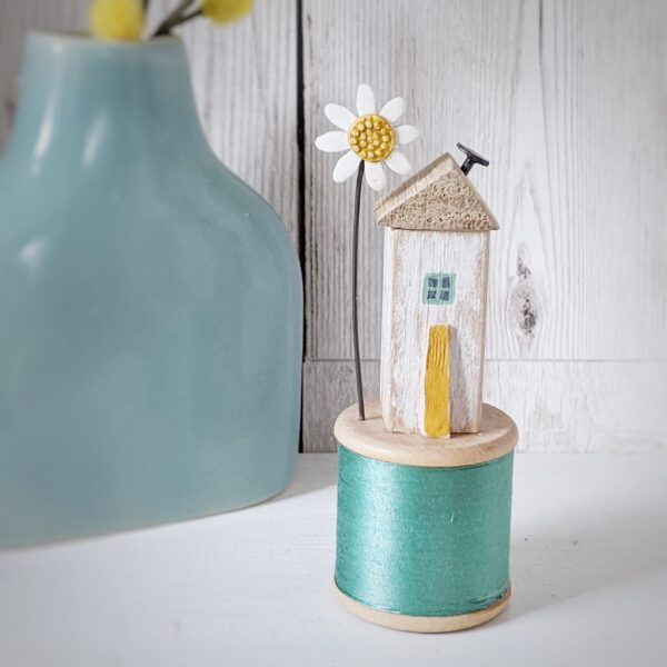 Thimbleville Vintage Bobbin Home with Daisy