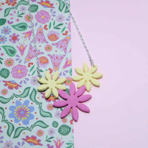 A bright necklace made from 3 polymer clay daises. A bright and sunny combination perfect for spring!