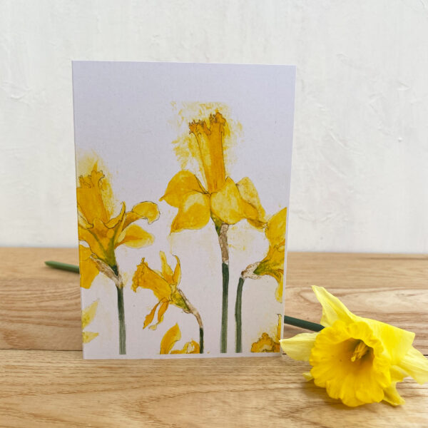 Jen and the beartree, daffodil notecard on a wooden table