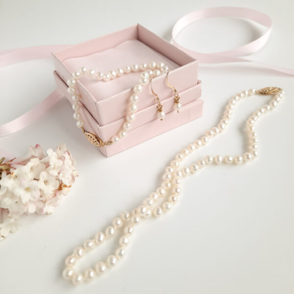 Watermeadow Lane Jewellery set of freshwater pearls with pearl necklace, bracelet and pearl earrings al finished with 14k filled gold clasps and earring wire.